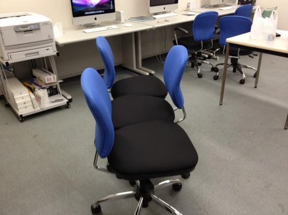 寝るために並べた椅子